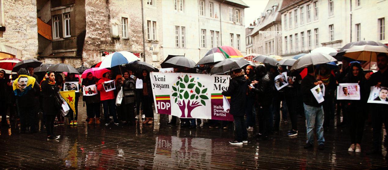 Rassemblement contre l'arrestation arbitraire de 11 députés du HDP en Turquie