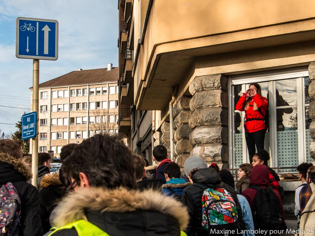 Une élève prend l'initiative d'annoncer à tout le monde quelle direction va prendre la manifestation.