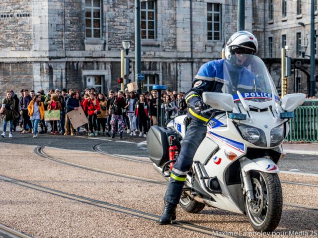 """La police nationale encadre la manif """"sauvage"""" en l'escortant avec quelques motards."""