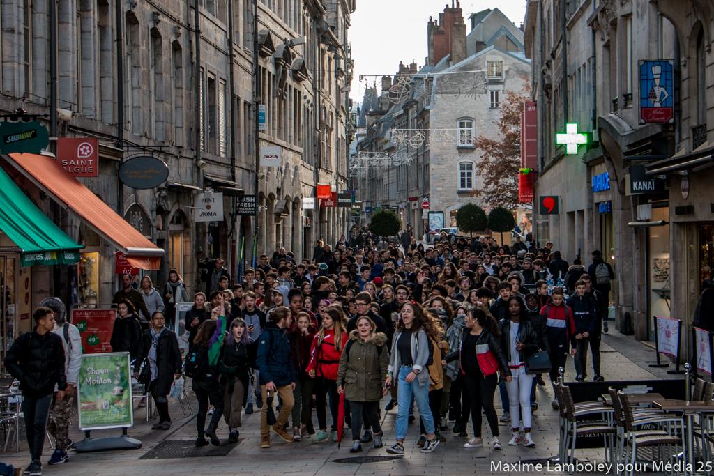 Des lycéen.nes de Pergaud et Pasteur rassemblés pour manifester leur colère envers les réformes.