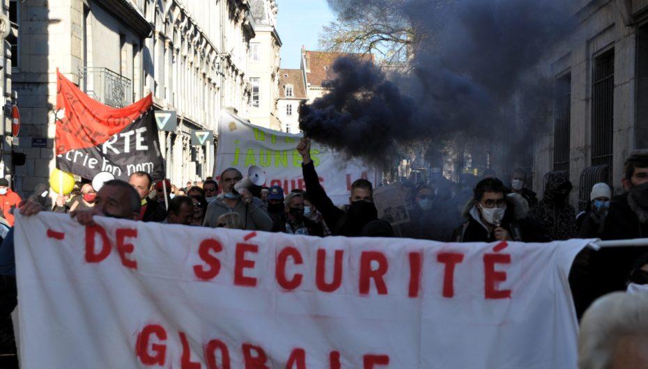 Besançon: plus d'un millier de manifestants contre la gestion de crise