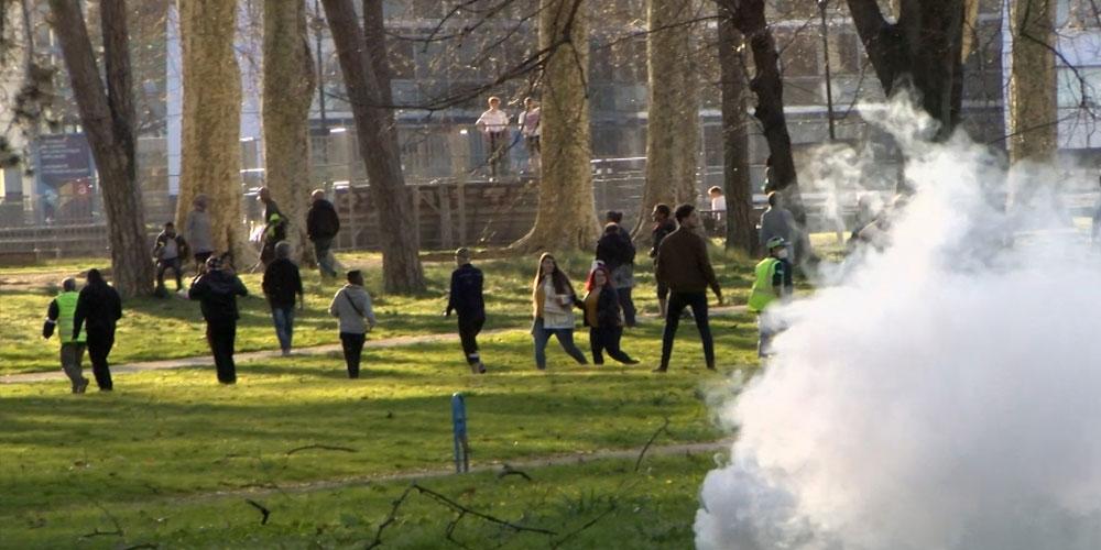 Des manifestants se dispersent par le parc de Chamars / Copyright Emma Audrey / Radio BIP / Média 25