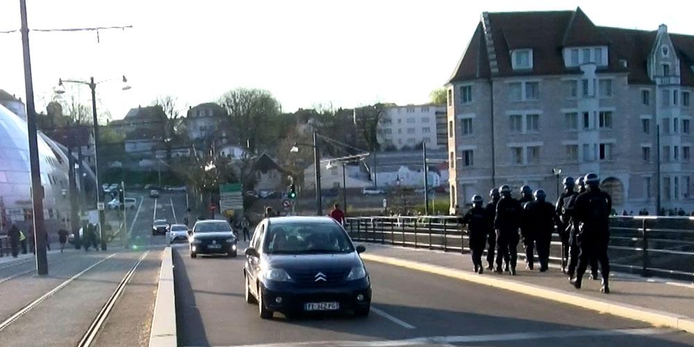 Des policiers suivent les manifestants pont Canot à Besançon / Copyright Emma Audrey / Radio BIP / Média 25