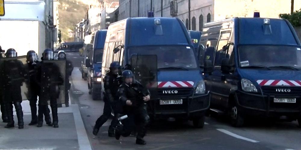 Un gendarme mobile jette une grenade lacrymogène sur les manifestants / Copyright Emma Audrey / Radio BIP / Média 25