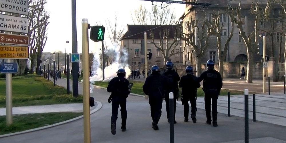 Des policiers suivent les manifestants parc de Chamars à Besançon / Copyright Emma Audrey / Radio BIP / Média 25