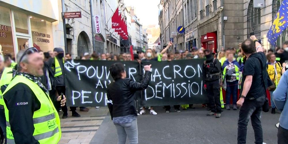 Les manifestants passent par le centre ville de Besançon de façon pacifique / Copyright Emma Audrey / Radio BIP / Média 25