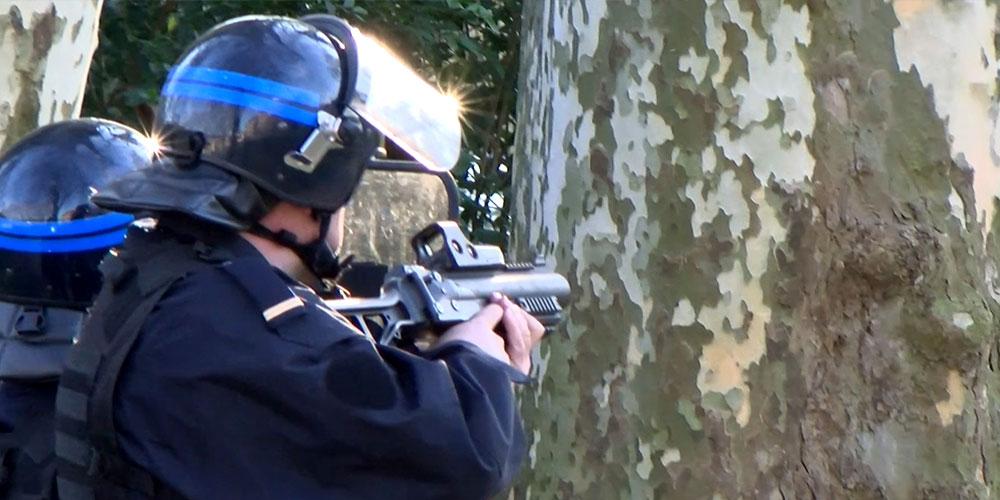 Un policier vise des manifestants avec son LBD-40 parc de Chamars / Copyright Emma Audrey / Radio BIP / Média 25