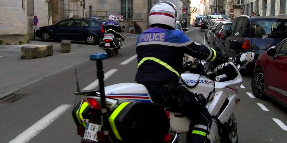 Deux motos de la police à Besançon suivent de loin la manifestation / Copyright Emma Audrey / Radio BIP / Média 25