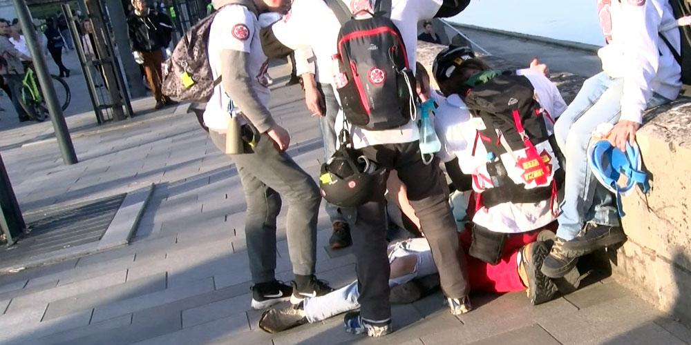 Un manifestant a fait un malaise et il est pris en charge par les street-médics / Copyright Emma Audrey / Radio BIP / Média 25