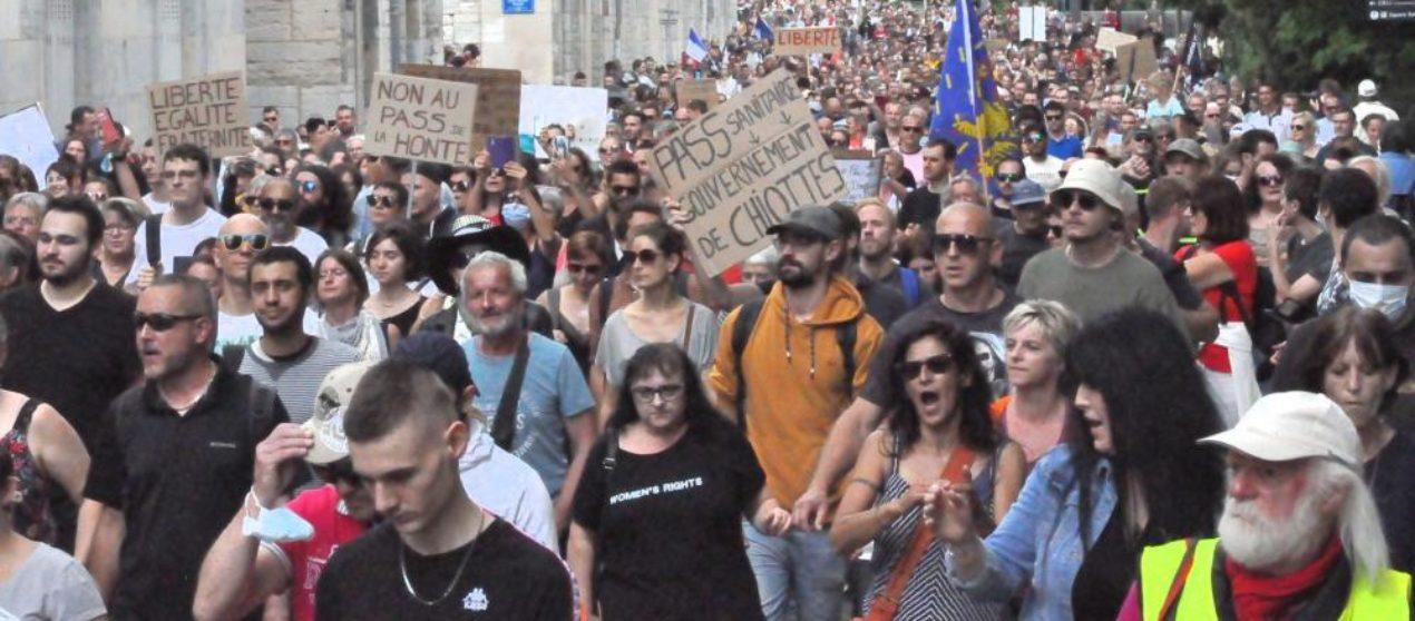 Besançon: contre la gestion sanitaire, une marée humaine dans les rues