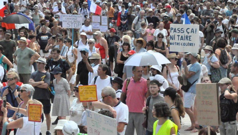 Pass sanitaire: à Besançon, les manifestants se désolidarisent d'un groupuscule néonazi