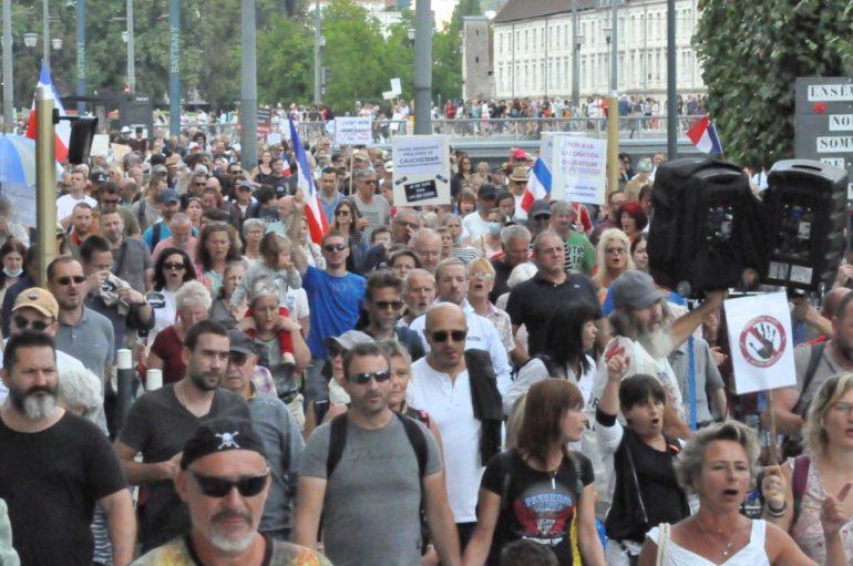 Pass sanitaire: à Besançon, la mobilisation ne faiblit pas