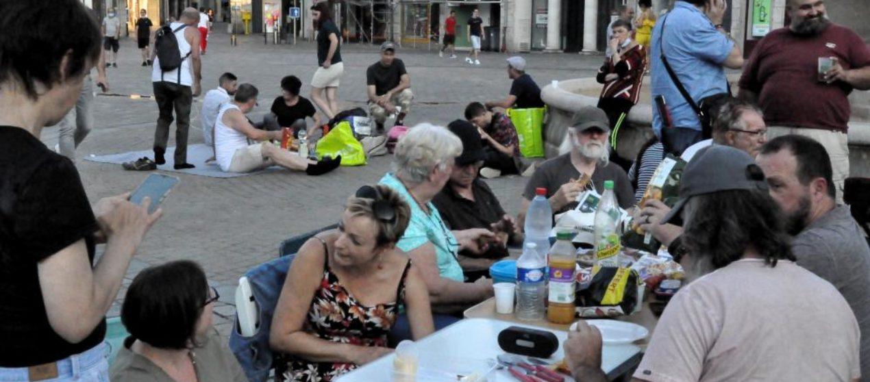 Pass sanitaire: face aux restrictions, occupations publiques et piques-niques populaires se multiplient