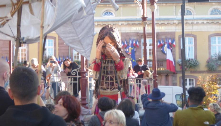 La Petite Amal, marionnette géante, parcourt l'Europe de la Turquie à la Grande-Bretagne